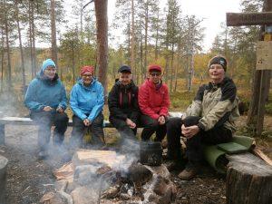 Olimme vaeltamassa UKK-puistossa viikolla 37. Kuva ensimmäisellä leiripaikalla Maantiekurussa. Vasemmalta Liisi, Hilkka, Siru, Aino ja Hanna.