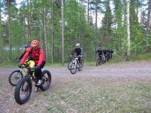 Maastopyöräilijät loppunousussa.